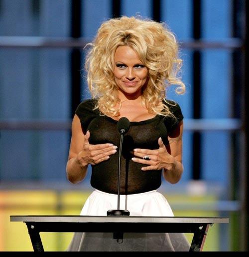 Pamela Anderson seins nus.